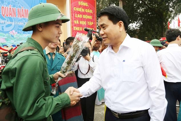 Đồng chí Chủ tịch UBND TP Nguyễn Đức Chung tiễn tân binh quận Hà Đông lên đường nhập ngũ