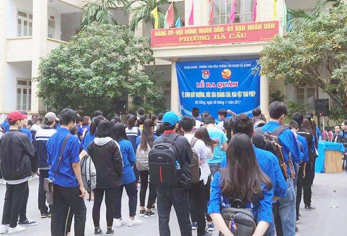 Quận đoàn Hà Đông ra quân vệ sinh môi trường, bóc xóa quảng cáo rao vặt tại phường Hà Cầu