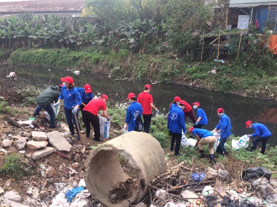 Quận đoàn Hà Đông tổ chức ra quân VSMT Giờ xanh - giải phóng rác và khai thông dòng chảy tại sông Nhuệ